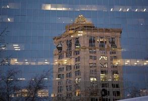 hus, reflektion i glasfönstret foto