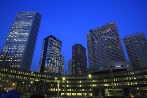 kvällsscene för skyskrapor i shinjuku subcenterområde foto