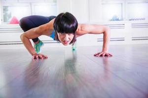 energi bergsklättring på ett gym foto