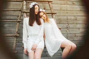 två vackra tjejer foto