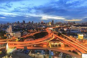 bangkok city vid skymningen och huvudtrafiken på hög väg foto