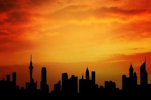 silhuett av skyskrapor med vacker himmel foto