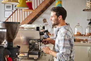 barista på jobbet på ett kafé