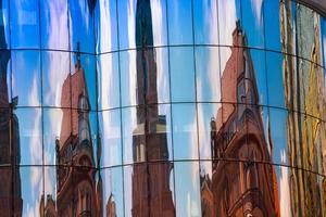 modern byggnad med reflektion av stephansplatz square foto
