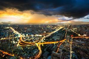 nattbild stadsbild i stormmoln foto