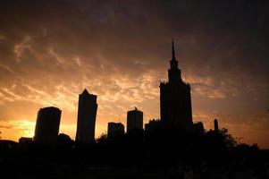 solnedgång i centrum i Warszawa, Polen