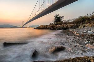 nattbild av tsing ma bridge foto