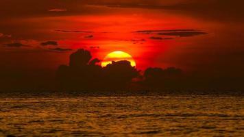 siluett av solnedgången på Chonburi, Thailand på sommaren