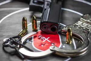 pistolmål som övar skytte foto