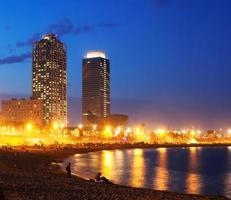 strand och torn av hamnolimpic i Barcelona foto