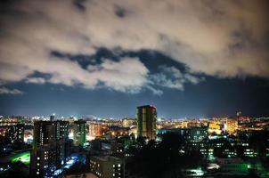 stad på natten, panoramautsikt foto