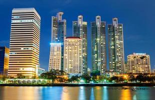 stadens centrum på natten med byggnadsreflektion i floden. foto