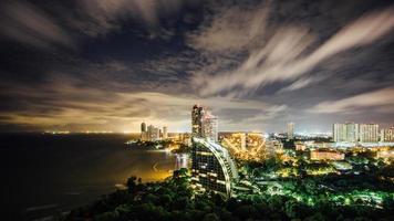 pattaya stadsbild vid skymningen foto