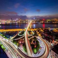 trafik på korsningen i staden