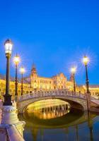 sevilla plaza spanien i skymningen foto