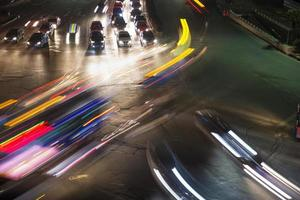 trafik på korsningen i staden foto