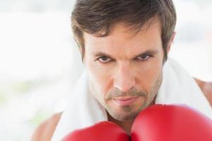 närbild porträtt av en bestämd manlig boxare foto