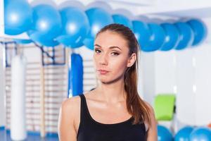 vacker ung kvinna i gymmet. gym skott. gymhall. foto