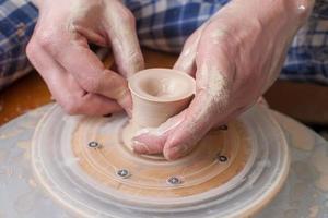 händerna på en keramiker foto