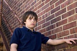 ung tankeväckande pojke stirrar foto