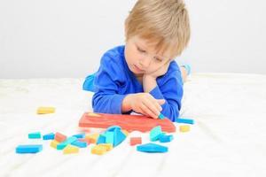liten pojke som lär sig former foto