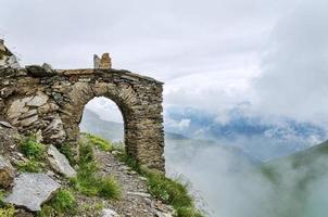 gammal båge konstruktion och berg vandringsled går igenom foto