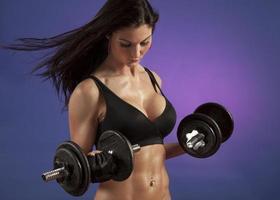 attraktiv kvinna som tränar foto