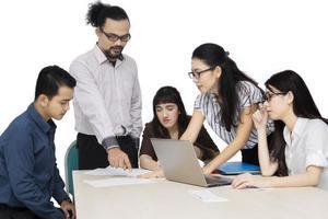 unga affärslag diskuterar i studion foto