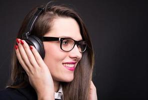 affärskvinna kopplar av och lyssnar på musik foto