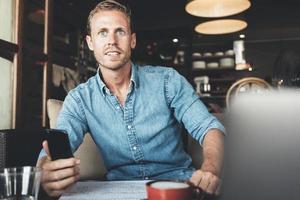 ung entreprenör som arbetar på café foto