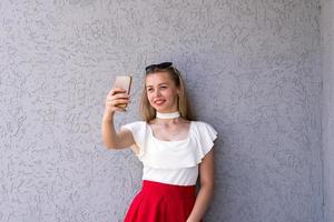 glad ung kvinna med modern enhet foto