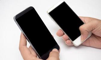 man håller hand smart telefon närbild foto