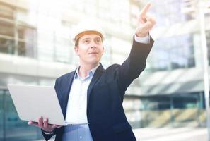 professionell arbetare som pekar finger mot objekt foto