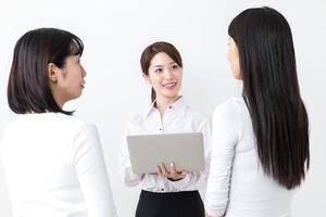 porträtt av asiatisk affärsgrupp på vit bakgrund foto