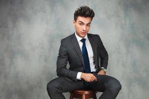 attraktiv sittande ung affärsman foto