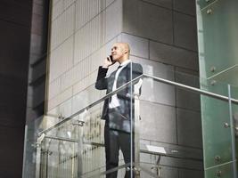 latinamerikansk affärsman som pratar i mobiltelefon foto