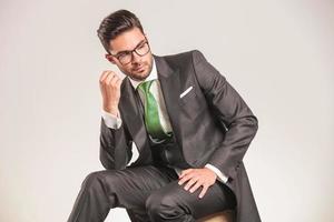 attraktiv ung affärsman tittar ner foto
