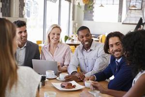 grupp affärsmän som har möte i kafé foto
