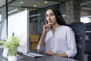 säker latinamerikansk affärskvinna på kontoret foto
