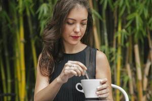 kvinna som har lite kaffe på en restaurang foto