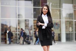 närbild porträtt av en professionell affärskvinna leende utomhus foto