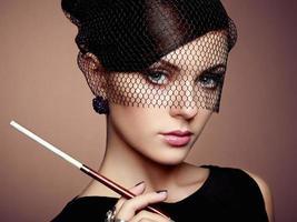 porträtt av vacker sensuell kvinna med elegant frisyr foto