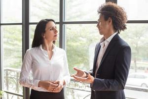 fundersam affärskvinna som lyssnar på kollegors idé foto