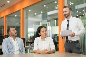 affärsman som presenterar idé för sina kollegor i office foto