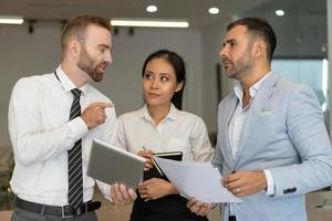 säker affärsman som presenterar sin strategi för kollegor foto