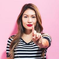 ung kvinna som pekar något foto