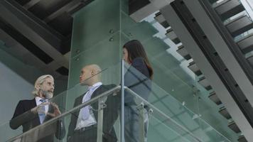 företagsledare som diskuterar affärer i modern kontorsbyggnad foto
