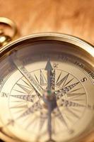 närbild av guld kompass foto