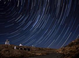 stjärnspår och observatoriet foto