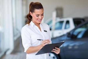 försäljare som arbetar på bilhandlare foto